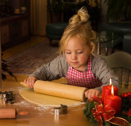 christmas cookies: Kind bakt Christmas cookies in de Advent