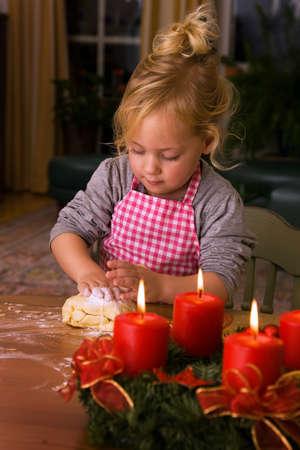 biscotti di natale: Bambino cuoce i biscotti di Natale in Avvento