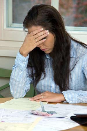 Eine Frau mit unbezahlten Rechnungen