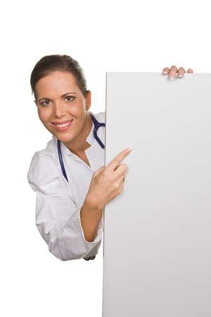 freundliche Arzt mit einem leeren wei�en Plakat