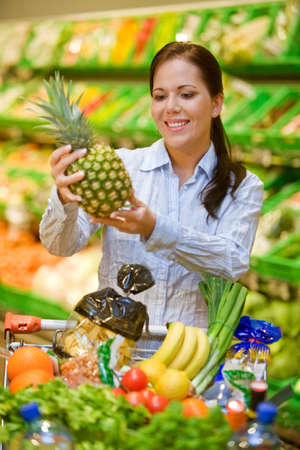 negocios comida: Mujer joven en el supermercado para comprar comida y una fruta Foto de archivo