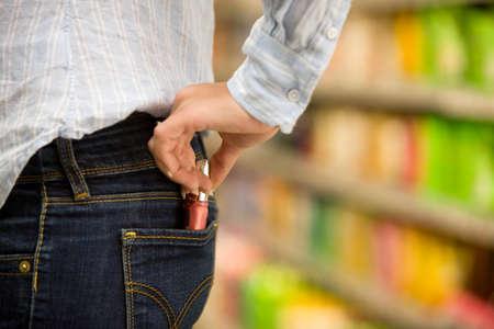 Diefstal van een jonge vrouw in een supermarkt