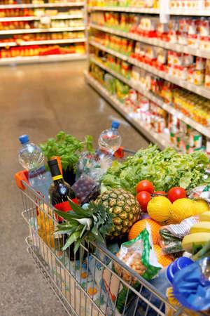 Full inkaufswagen mit Obst-Gem�se-Lebensmittel im Supermarkt