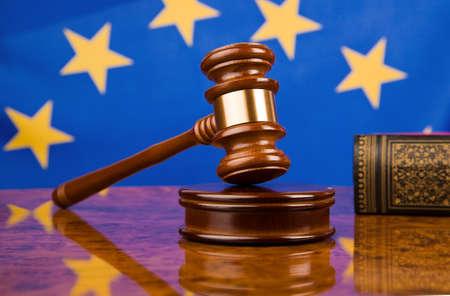 derechos humanos: Martillo y la bandera de Uni�n Europea