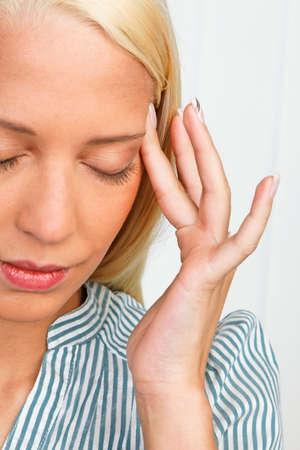 psyche: Mujer joven con dolor relacionados con el estr�s en la cabeza Foto de archivo