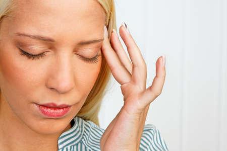 psique: Mujer joven con dolor relacionados con el estr�s en la cabeza Foto de archivo