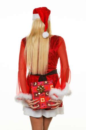 Jonge vrouw verkleed als kerstman bedrijf geschenk pakket Stockfoto