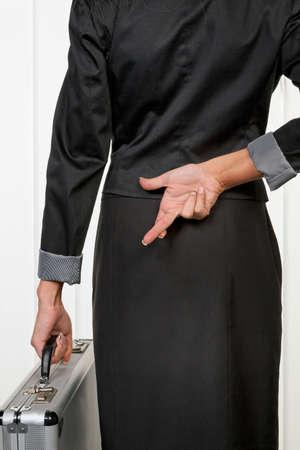 actividad econ�mica: Mujer de negocios en la espalda con los dedos cruzados