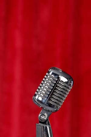 Silber Mikrofon vor einem roten Vorhang