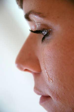 mourn: Donna con il viso in lacrime