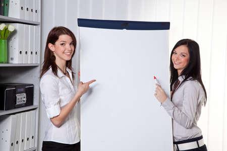 Les jeunes femmes dans un modèle de coaching d'affaires explique le succès