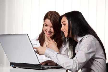 work together: Jonge meisjes leren en samen te werken op een laptop Stockfoto