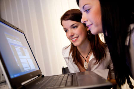 Junge M�dchen lernen und arbeiten gemeinsam an einem Laptop