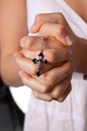 seres vivos: Ni�as manos plegadas en oraci�n con una cruz las j�venes manos plegadas en oraci�n con una cruz