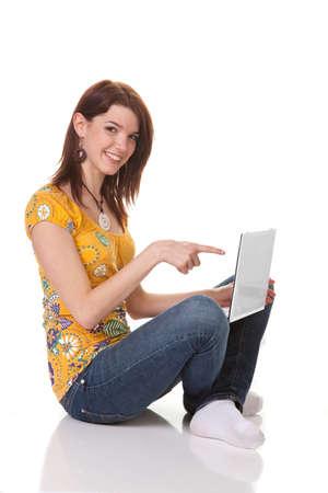 Junge Mädchen lachend und arbeitet an einem Laptop