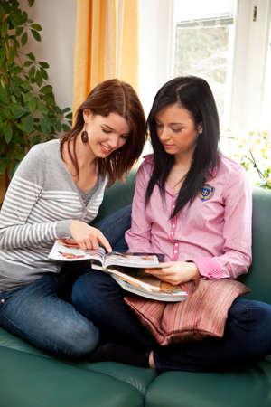 chicas de compras: Dos ni�as en el departamento de compras encantados cat�logos