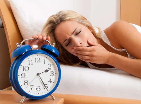gente durmiendo: Reloj con el sue�o por la noche. Esposa no pudo dormir.