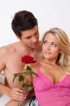 couple au lit: Un couple romantique au lit avec Rose. �pouser l'homme.