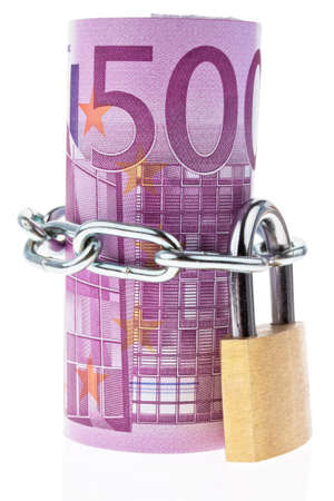 billets euros: Euro bank notes with a lock and chain. Money stack for safety and investment. Banque d'images