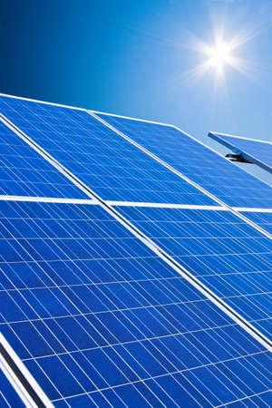 sonnenenergie: Eine Solaranlage f�r Solarenergie gegen einen blauen Himmel mit Wolken
