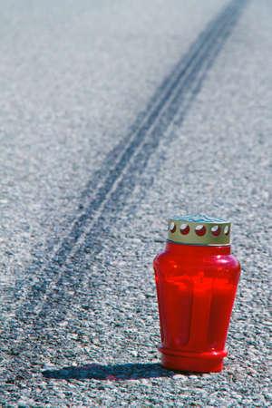 accidente transito: Un accidente con una motocicleta. Marca de pat�n en accidente de tr�fico de la carretera. Foto de icono.