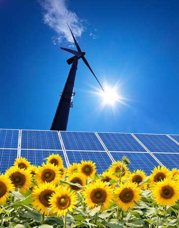 energia solar: Un sistema solar para la energ�a solar contra un cielo azul con nubes