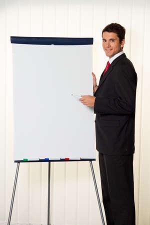 educacion gratis: Exitoso hombre de negocios con un rotafolio en una presentaci�n