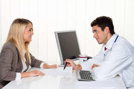 Pacjent: Lekarze zadzwonić. Pacjenta i Doktor mówi do urzędu lekarza