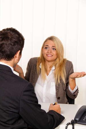 entrevista de trabajo: Consulta. Consulta y debate con consultores y clientes.  Foto de archivo