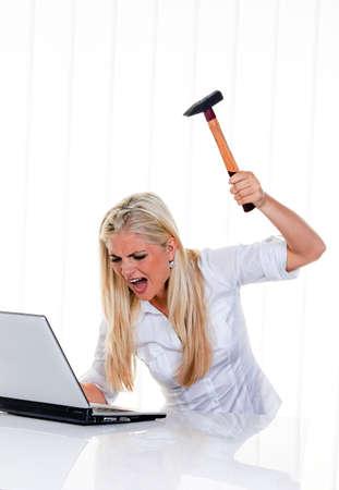 computer problems: Donna con problemi del computer, laptop e martello:  Archivio Fotografico