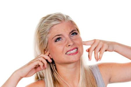 contaminacion acustica: Joven sufren la contaminaci�n de ruido y la celebraci�n de sus orejas.  Foto de archivo