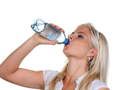 Mujer con sed y bebiendo agua mineral de botellas PET.  Foto de archivo - 7939672