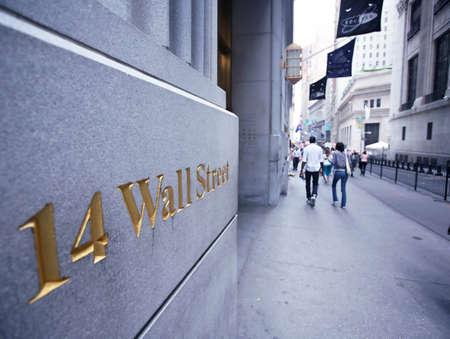 stock  exchange: En Estados Unidos, la bolsa de valores de Nueva York, Wall Street. Imagen de ejemplo para material y recursos compartidos