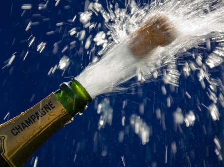 botella champagne: Se abre el vino espumoso o la botella de champ�n. Icono de fotograf�a para celebraciones y a�o nuevo.  Foto de archivo