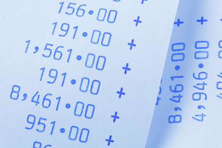 compromisos: Rayas computacionales con n�meros. S�mbolo de los costos, gastos, ingresos y beneficios. Foto de archivo