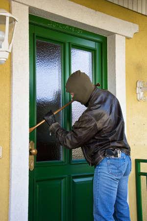 ladron: Un Eibrecher en la puerta de una casa.  Foto de archivo