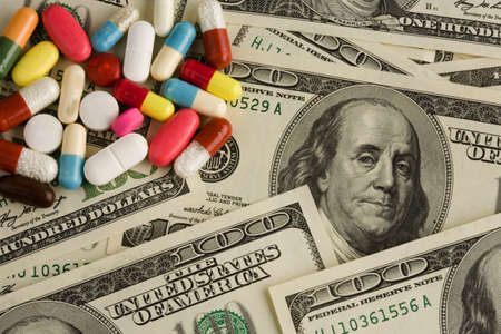 dollar bills: Dollaro americano e pillole. A spese della salute.