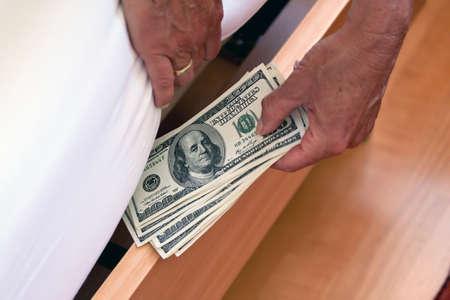 dollar bills: Molti dollar bills sono nascoste sotto il letto Archivio Fotografico