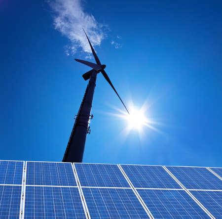regenerative energie: Eine Solaranlage f�r Solarenergie against a blue Sky with clouds