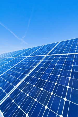 photovoltaik: Eine Solaranlage für Solarenergie gegen einen blauen Himmel mit Wolken