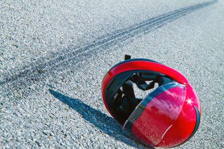 accidente transito: Un accidente con una motocicleta. Marcas de accidentes de trabajo y deslizamiento de tr�fico en carretera. Fotos representativas.  Foto de archivo