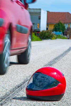 accidente transito: Un accidente con una motocicleta. Marcas de accidentes de trabajo y deslizamiento de tr�fico en carretera. Foto representativa.