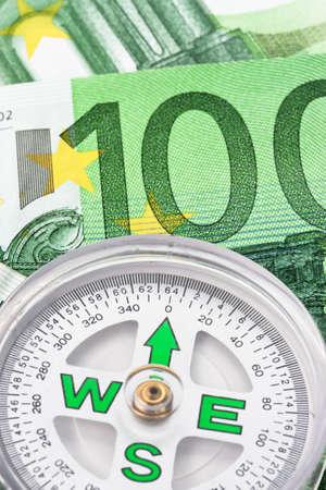 banconote euro: Le banconote in euro e bussola. Immagine per interesse, investimento e risparmio  Archivio Fotografico