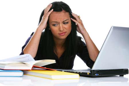 computer problems: Giovane donna con il portatile Eion ha problemi del computer  Archivio Fotografico