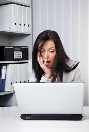 computer problems: Giovane donna con il portatile Eion ha problemi del computer