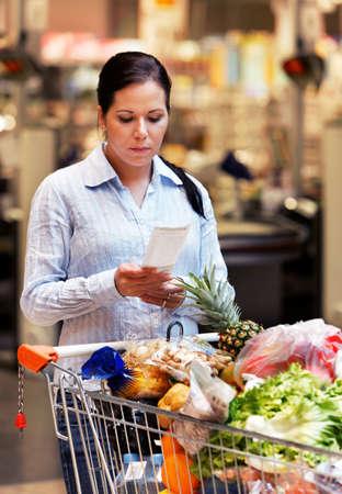 cassa supermercato: Giovani donne controllando un lapsus nel supermercato  Archivio Fotografico