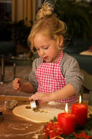christmas cookies: Kinder Kerst koekjes bakken tijdens Advent