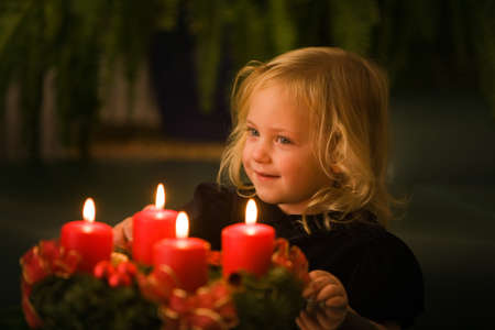 the advent wreath: Ni�os con la corona de Adviento para Navidad. se encienden velas de 4.