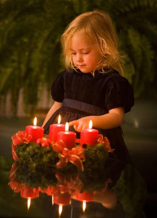 corona de adviento: Ni�os con la corona de Adviento para Navidad. se encienden velas de 4.