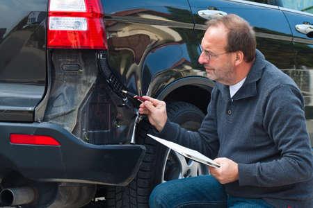 Un expert d'assurance. Cas de dommages à la voiture. Assurance auto